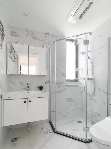 卫生间选用了仿爵士白的砖,墙地一体,让空间显的更大。