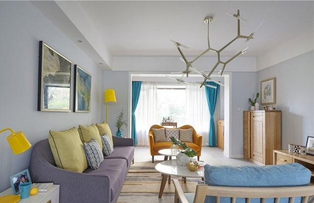 硬装空间线条简洁干净,后期软装家具部分采用自然气息的原木。出挑的局部亮色又让空间活泼明亮了起来客厅。