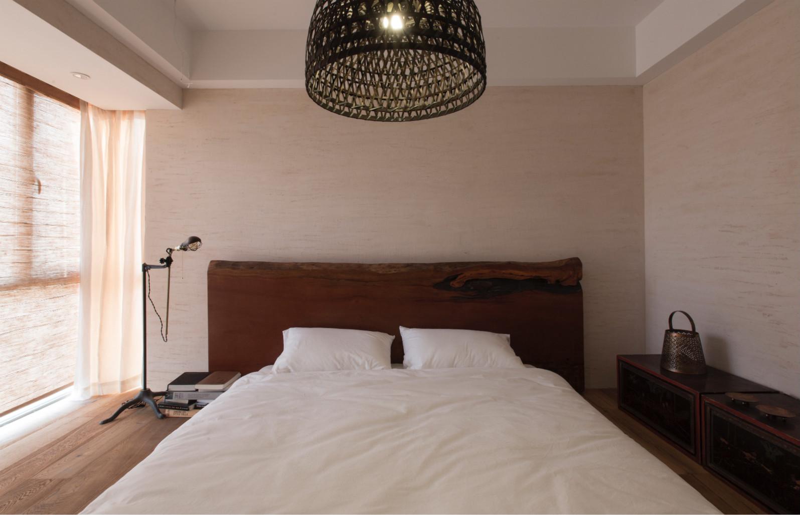 主卧里自然也是延续了原木的风格,原木的地板,原木的床,搭配白色的床品,清新又很有品味,