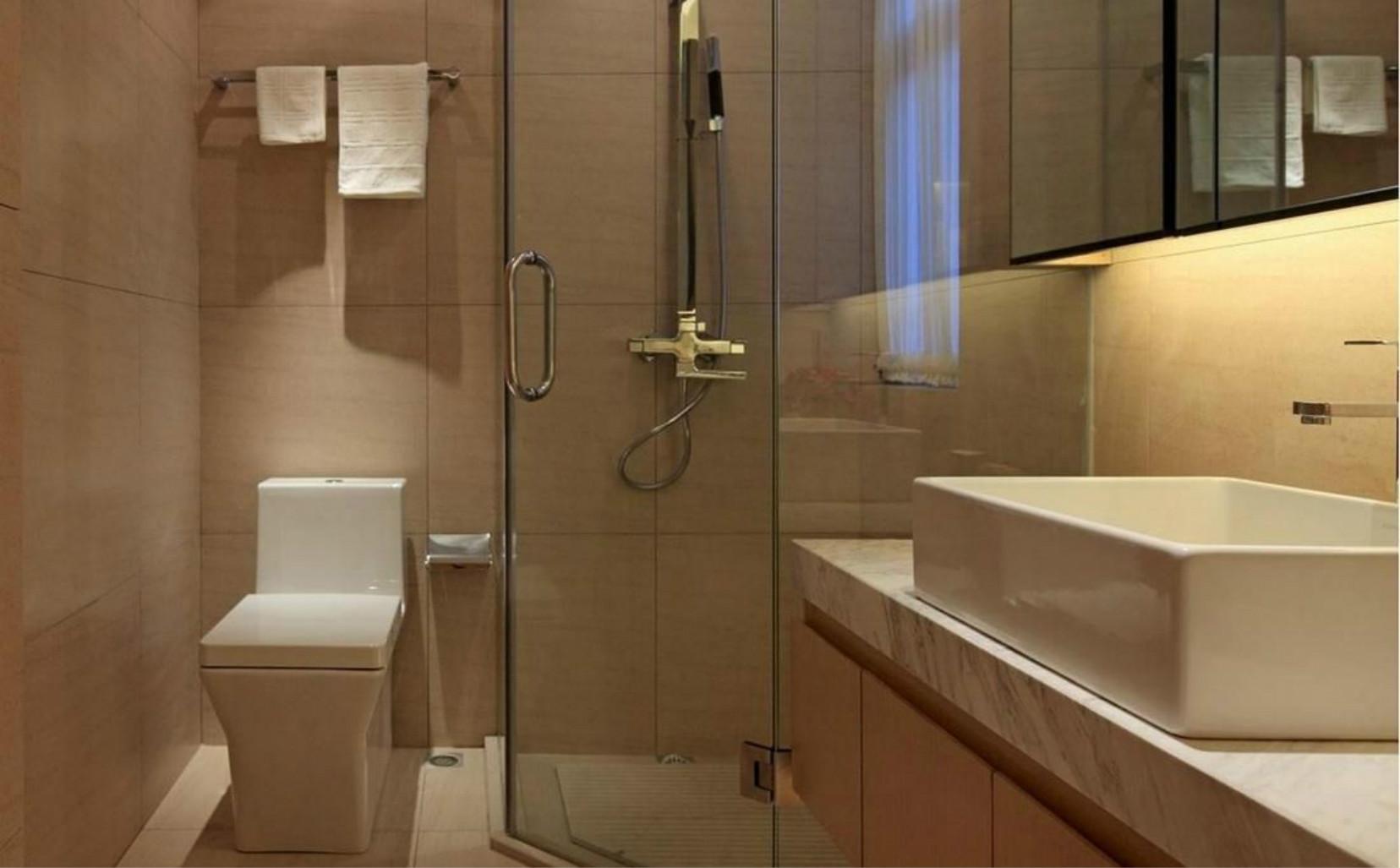 卫生间的空间设计崇尚庄重和优雅,采用对称的空间构图方式,笔彩庄重而简练,空间气氛宁静雅致而简朴。