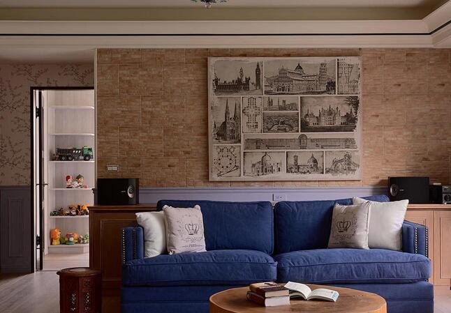 蓝色调的摩登质感沙发,与墙面的文化石、黑白风格画作搭配,烘托独特的人文风情。