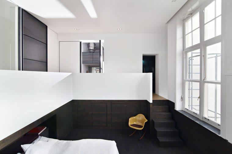 通过架高的楼板让洗浴室与卧室空间分离。