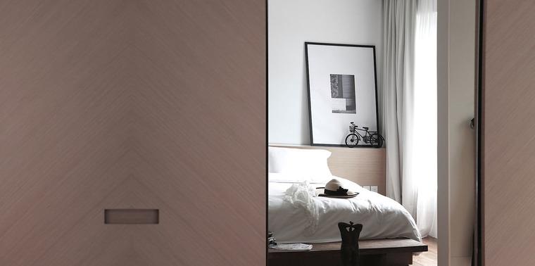 用木质移门代替厚实的墙壁,带来空间的轻盈感,白色墙面,淡色木质卧床,营造出舒适淡雅的睡眠空间。