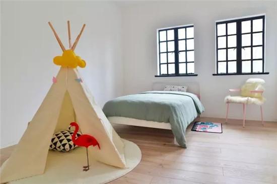 粉色椅子与莹绿色床品的搭配带有一丝童真,白色小帐篷为空间增添趣味性。