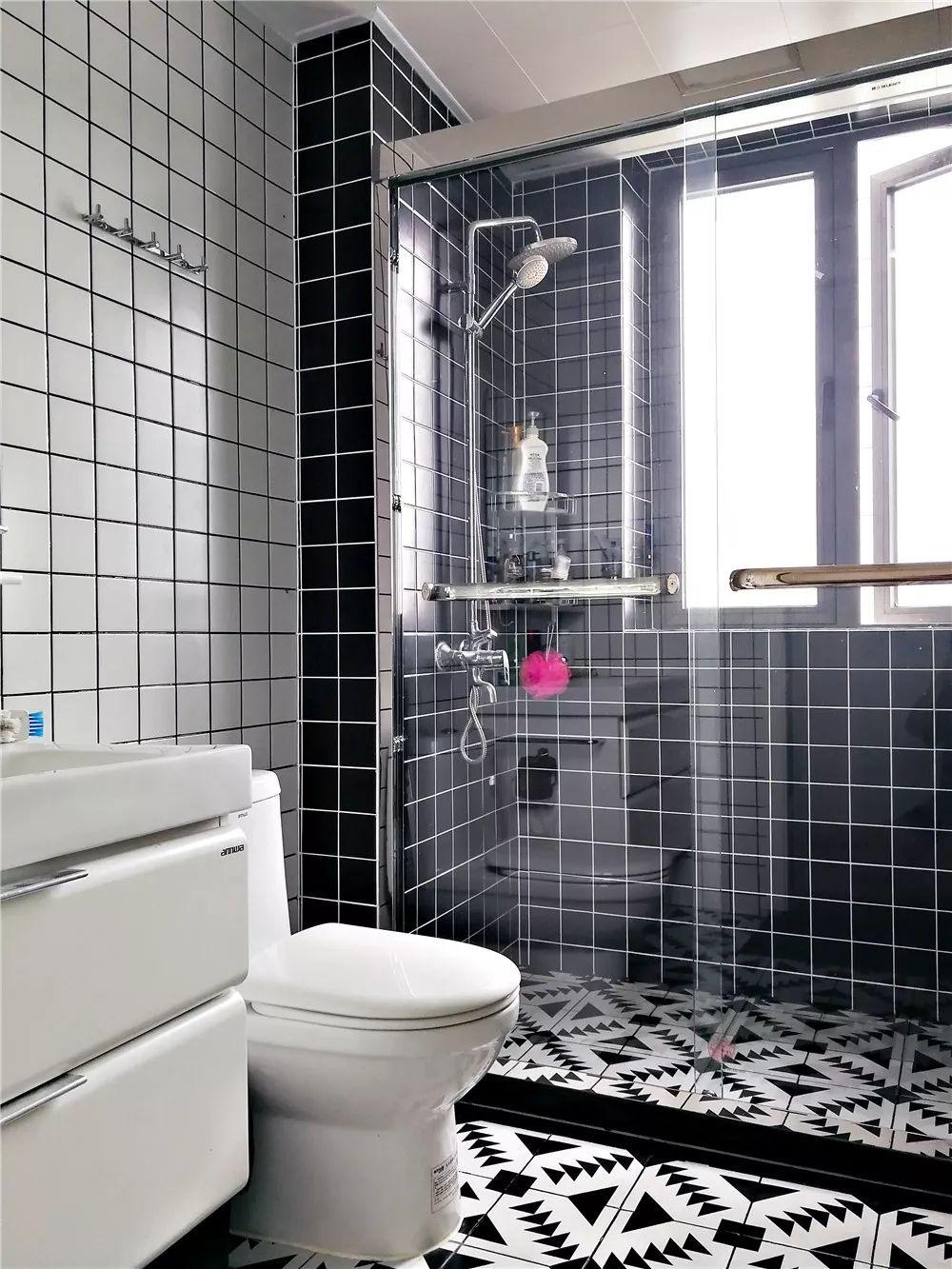 客卫用黑白颜色来分割干湿区,将黑白配贯彻到底。
