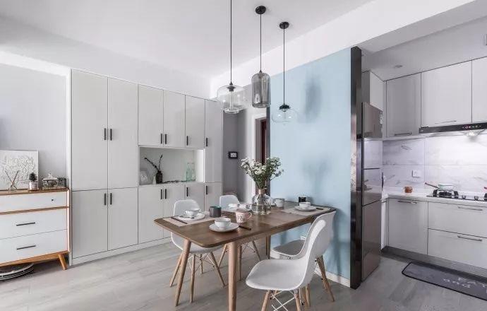 新砌出来的墙面刷上天蓝色就变成了餐厅的背景墙,没有给餐桌专门配餐边柜,杂物平常都会收拾到大柜子里。