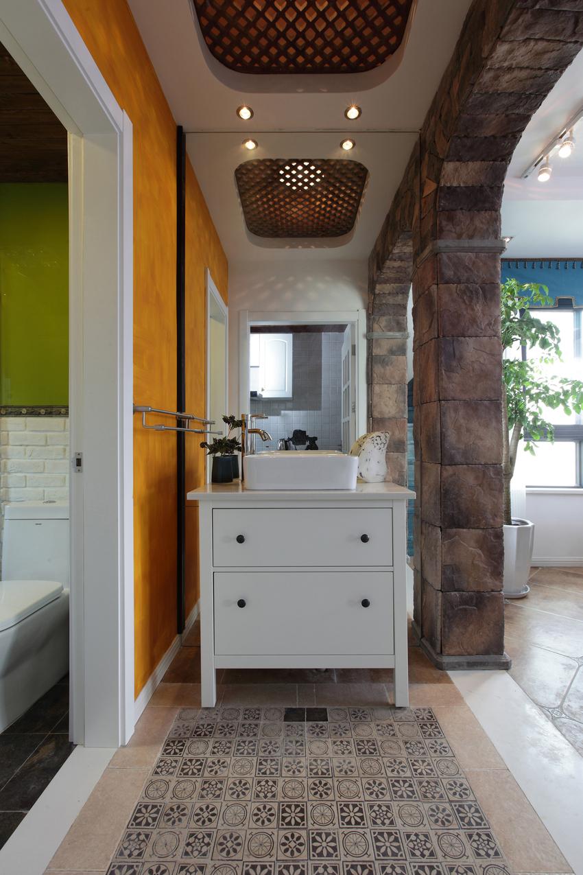 洗手台外置,既做到了干湿分离,也解决了卫生间面积不足的问题。