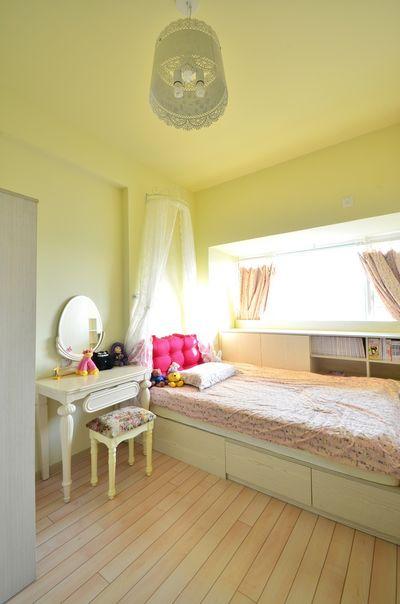 儿童房就没有那么疯狂,淡淡的黄色搭配木地板,给小公主一个明亮温暖的生活空间,过于鲜亮的色彩不适合小孩