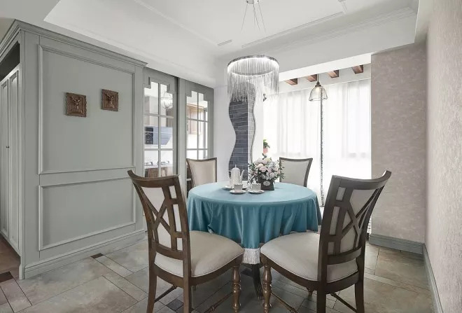 用品质高档的实木小圆桌营造浪漫舒适的用餐氛围,水波蓝餐桌布带出清新优雅。