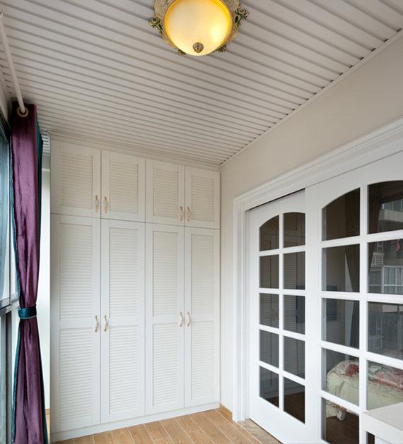 卧室外的大阳台,宽大的台面,如果摆放上藤制的桌椅,再泡上一杯咖啡,就可以好好享受欧式风格下的别样休闲