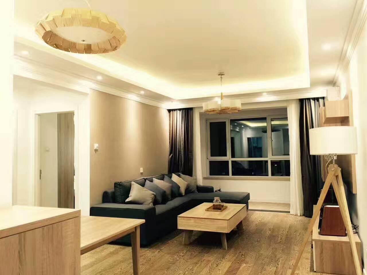 客厅简洁大方,功能强大。电视柜柜体以天然原木色为主调,面板饰以印象白,营造出简约,轻松的居家氛围。