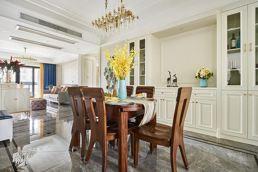 原木餐桌椅在白色轻盈色调下,形成曼妙雅致的气质,呈现出简单明亮的空间。