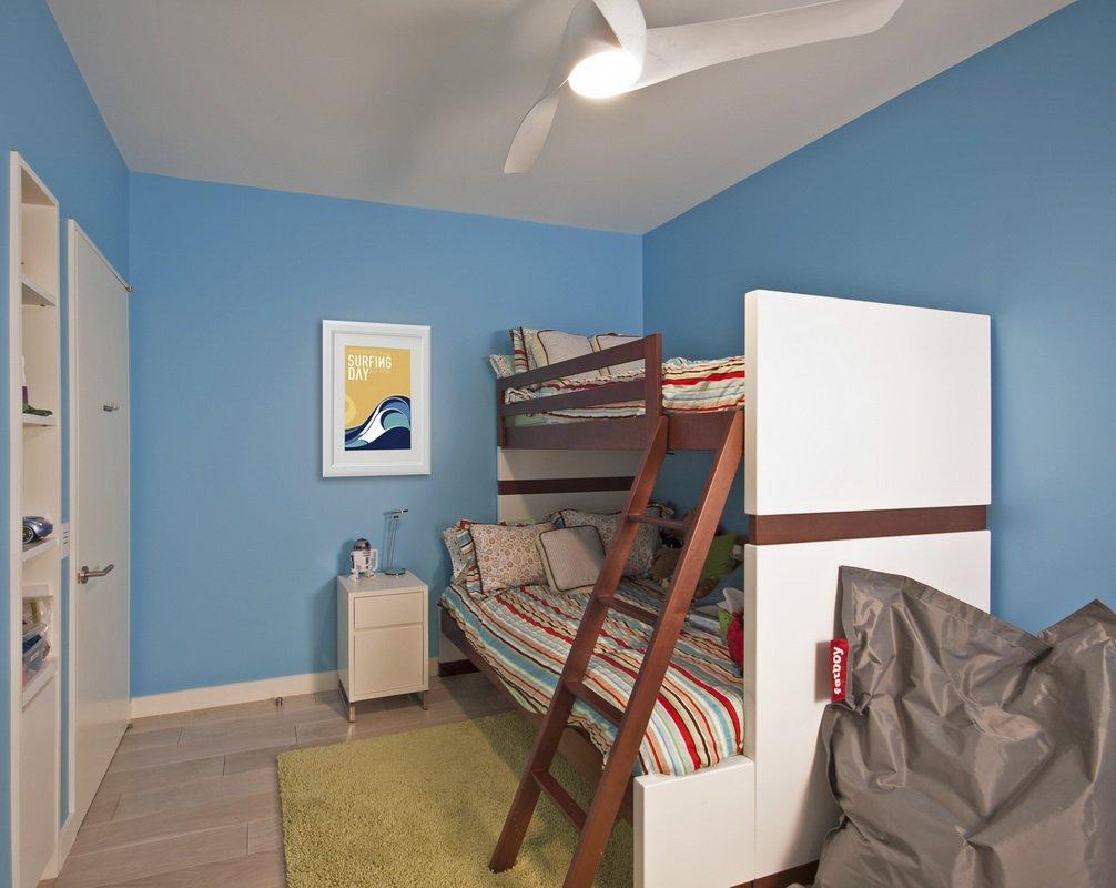 上下两层儿童房,空间的有限,摆放这样的儿童床更好的释放空间,利于孩子玩耍。
