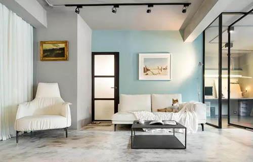 运用大量玻璃元素突显三面采光优势,让全屋满溢明亮轻盈空气感,仿佛踏进美国苏活区文青公寓。