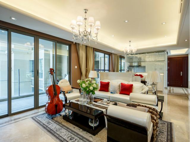 白色的沙发搭配黑色的茶几,简洁大方中增加深沉稳重质感。宽大的落地窗让整个空间光线十足。