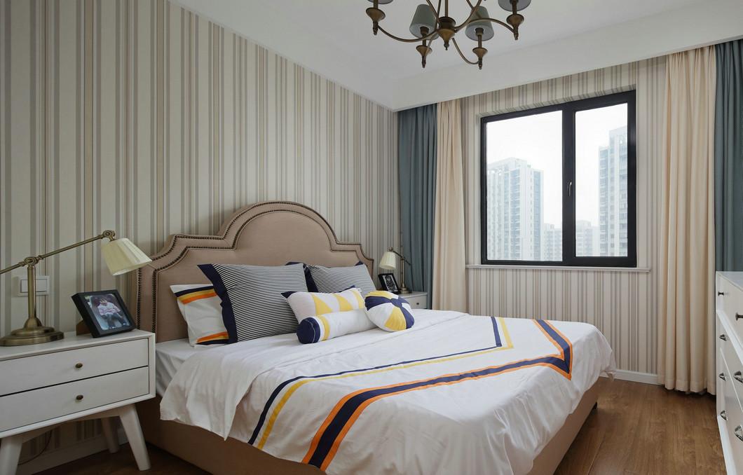 兒童房抛卻了堅硬的色彩設計,全屋使用線條作爲背景,床頭設計增添了空間溫潤的氛圍。