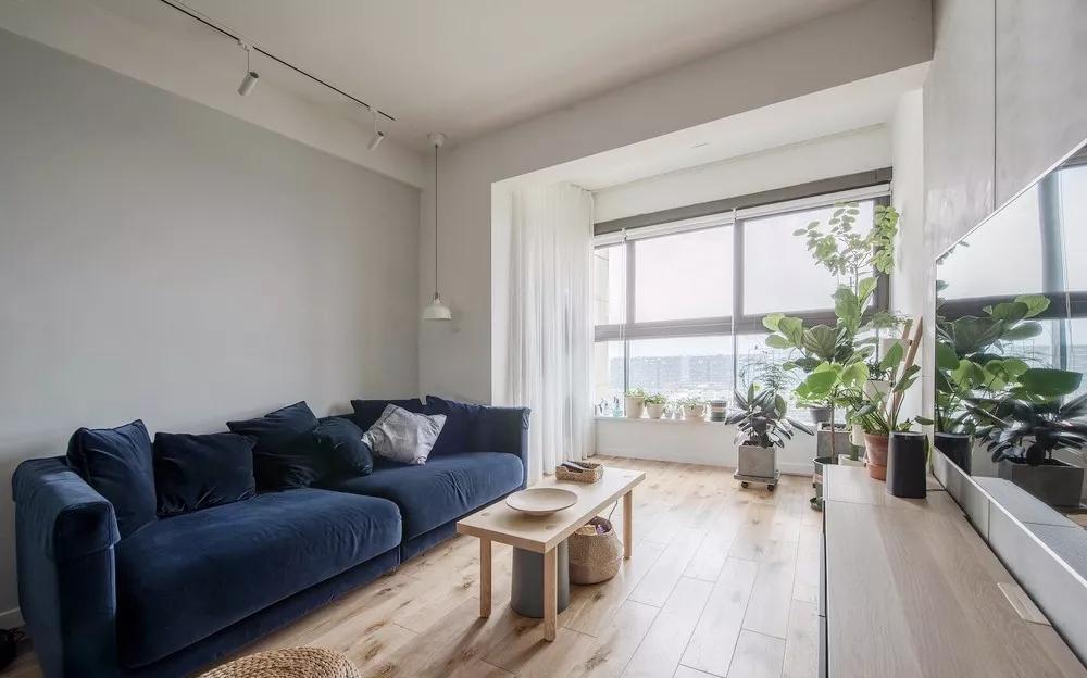 蓝色沙发以及绿色盆栽的点缀,让整个暗雅的空间多了一丝活泼之感,贴近自然,感受自然。