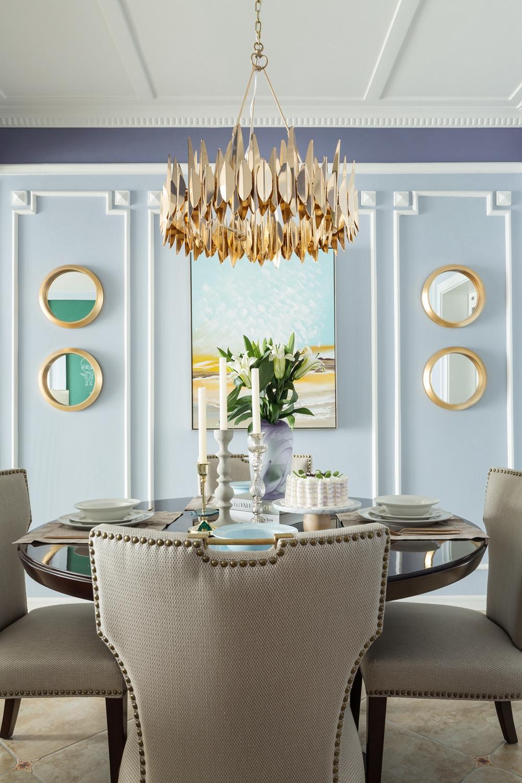 厨房和餐厅,格局紧凑,在暖色调的淡化下,用餐空间显得十分雅致。