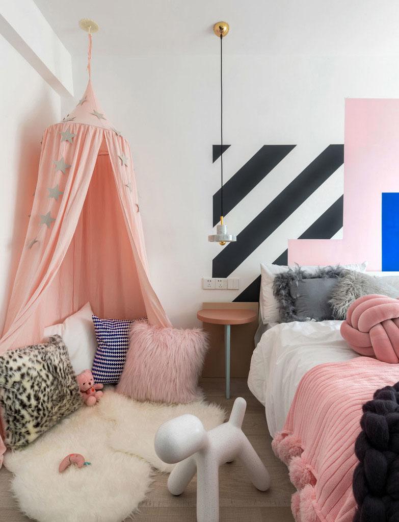 儿童房的主色调设计师选用了黑白条纹、蓝粉搭配,迎合整套房子的氛围。