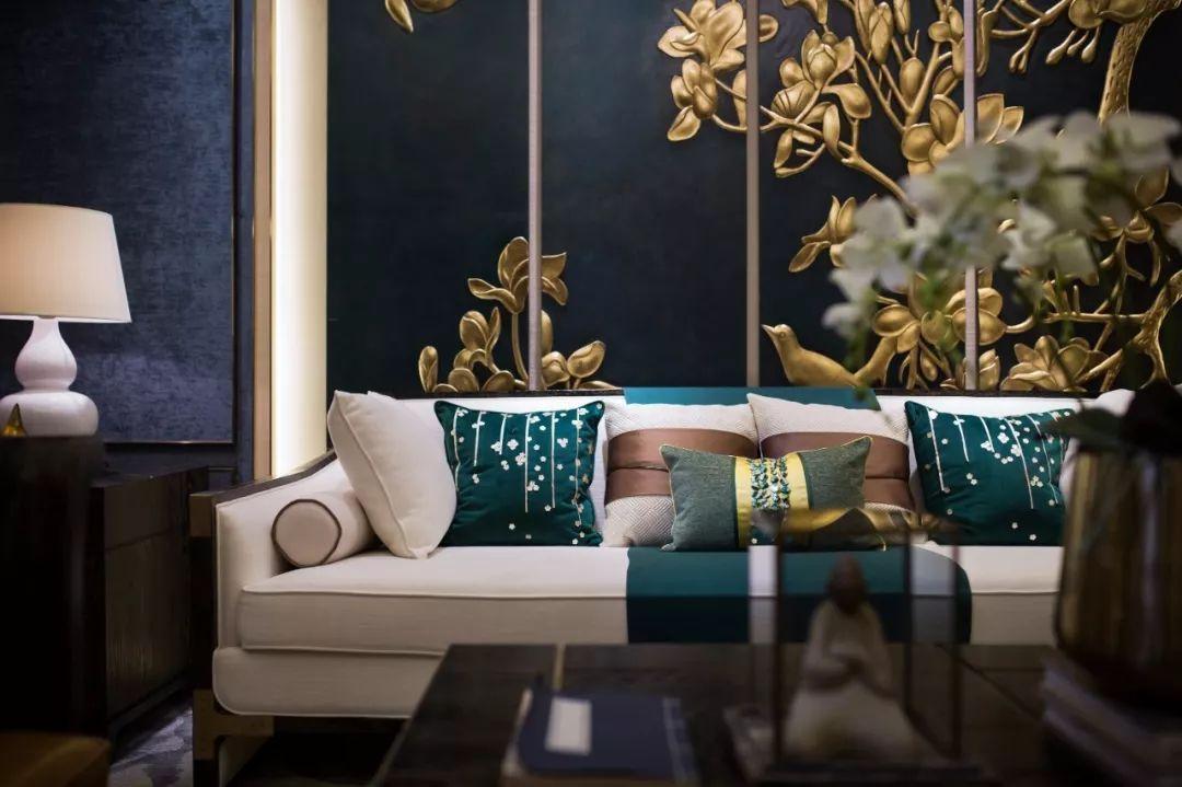 以青花的元素为主题,大面积的户墙板欧式线条,