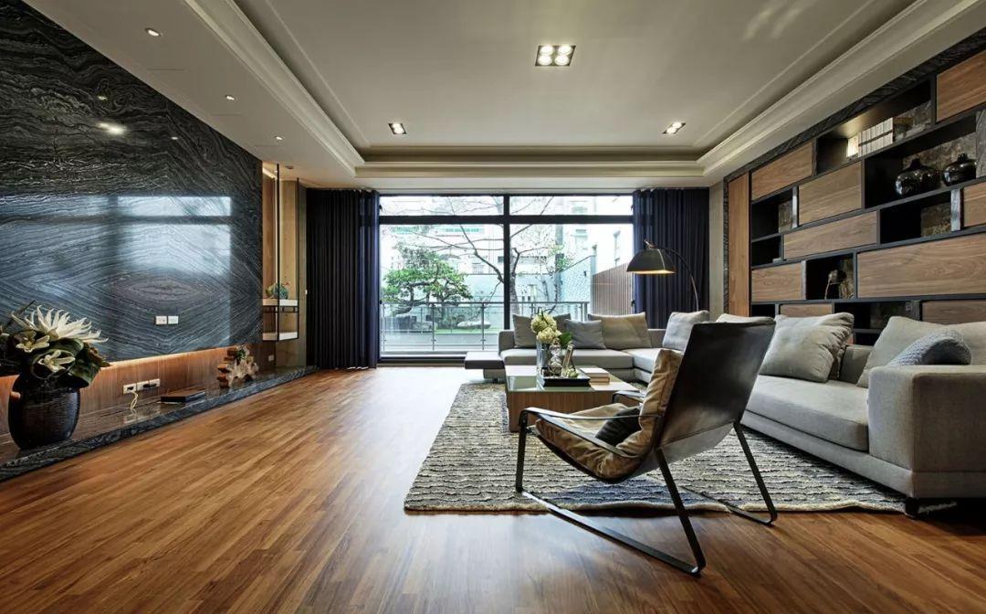 明亮宽敞的大厅,运用建材经由灯光反射,象是处在一片波光粼粼的水面。