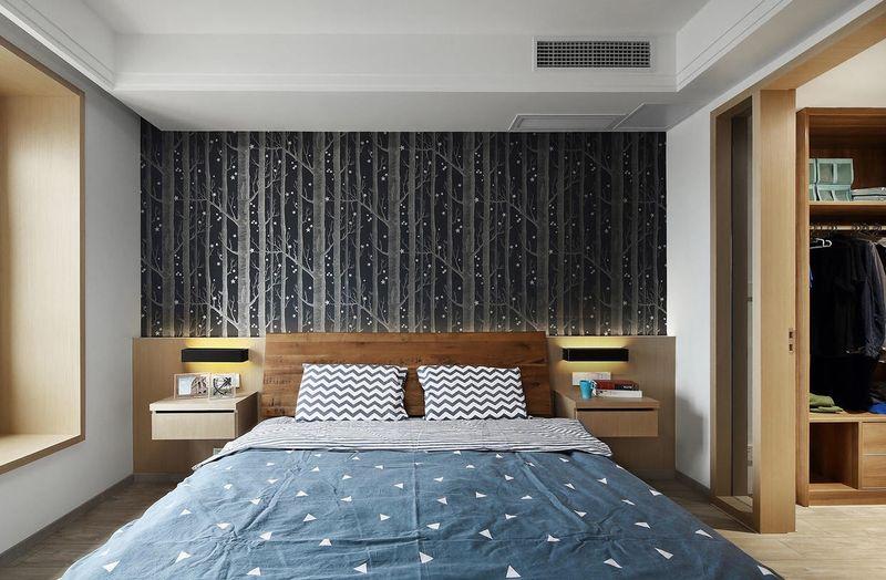 卧室最吸引人的就是墙上的壁纸,黑色为密集的树干上点点白色,想想如果树上的白色都是夜光的,仿佛躺在夏夜