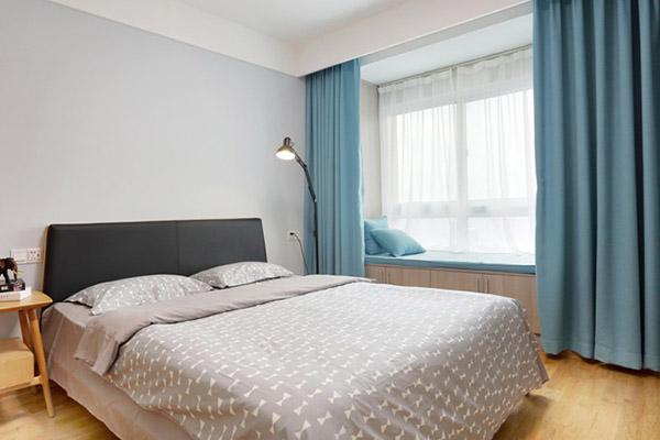 卧室采光十分良好,色调柔和的寝具,营造出温暖舒适的睡眠空间。