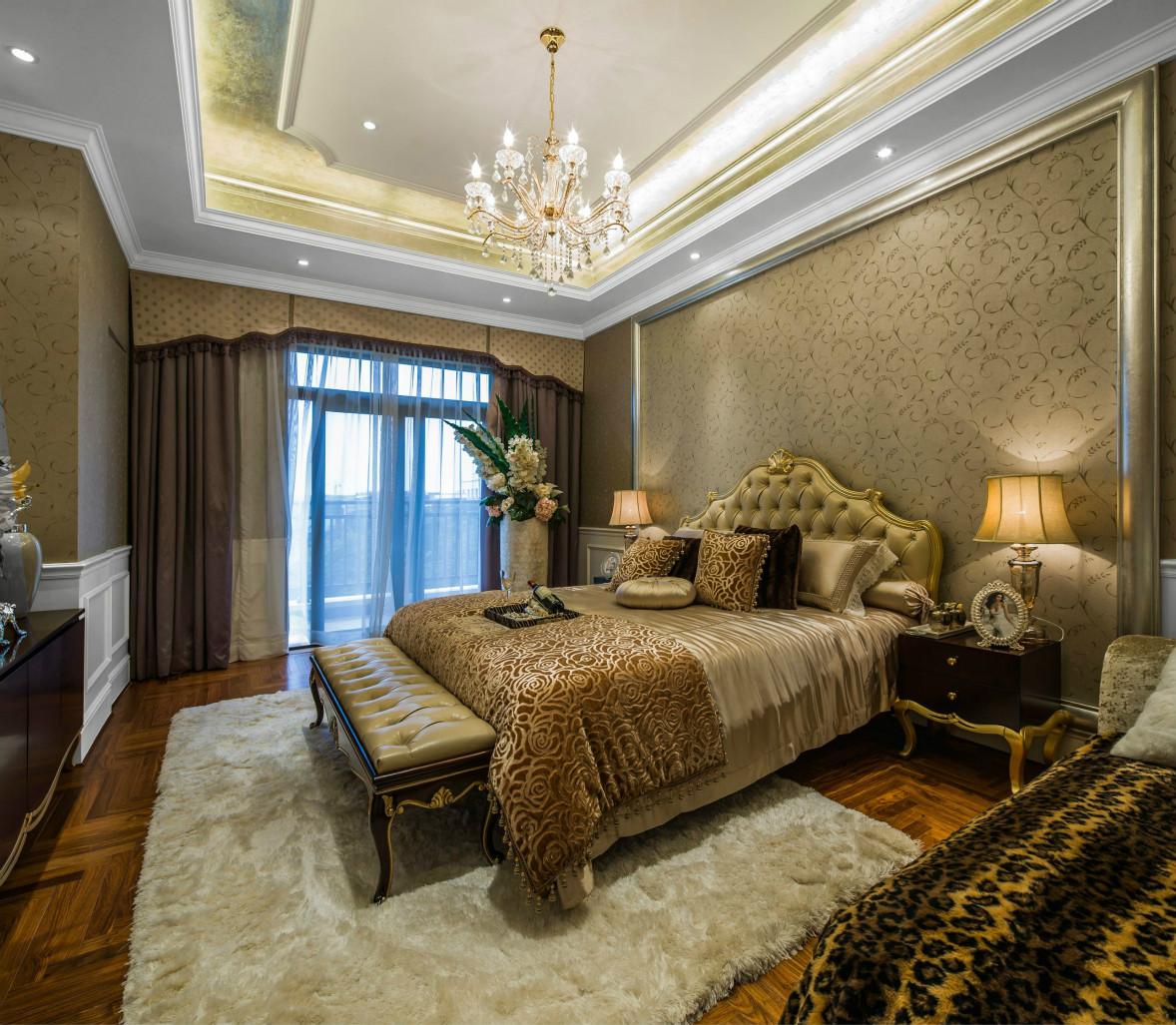 主卧留白空间与木色元素,点缀深灰色窗帘,轻盈质朴,赋有层次