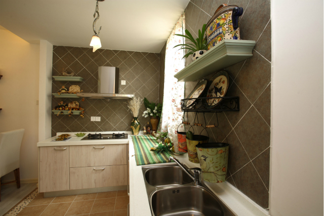 厨房设计与环境自然融合起来,清新自然。田园简洁的氛围让做饭也变得舒心、畅快。