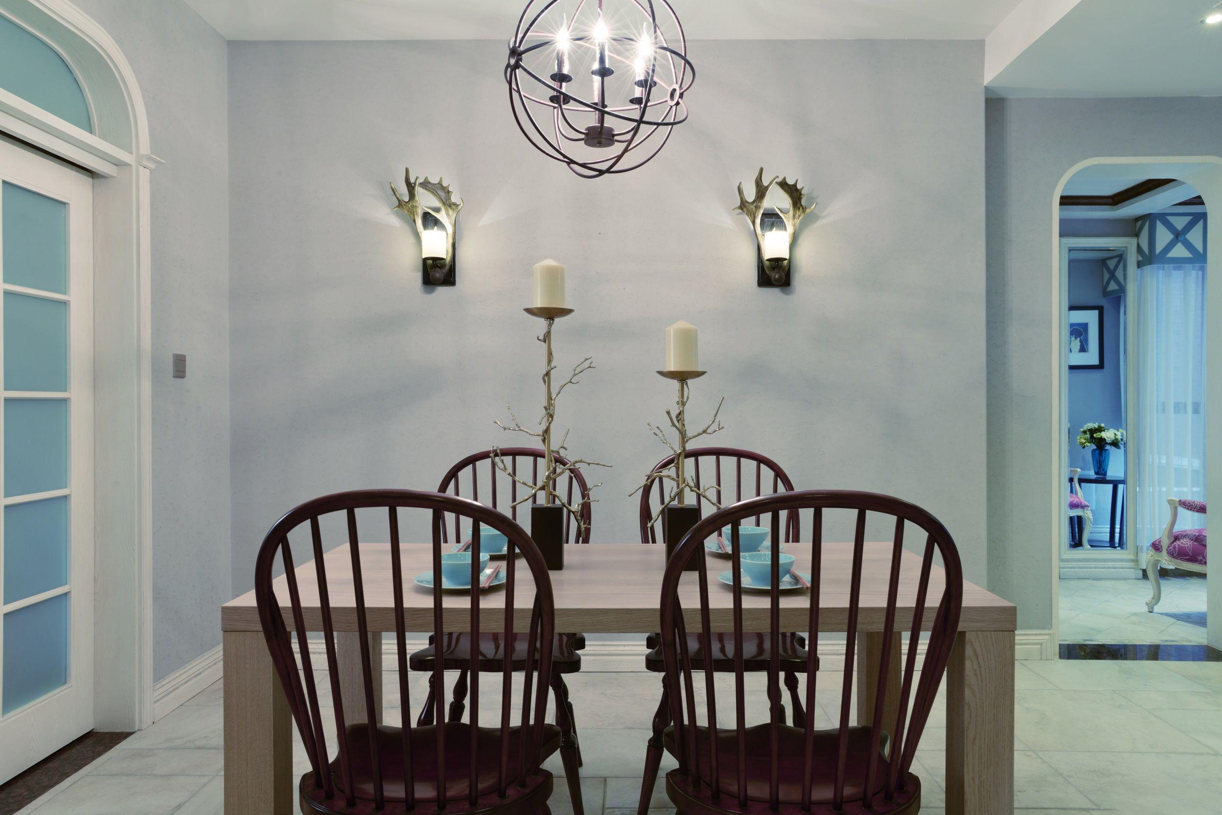 以淡蓝色为主,给人感觉清新自然,原木色的餐桌材质以及带有自然特色的装饰品,让人不由自主的放松。