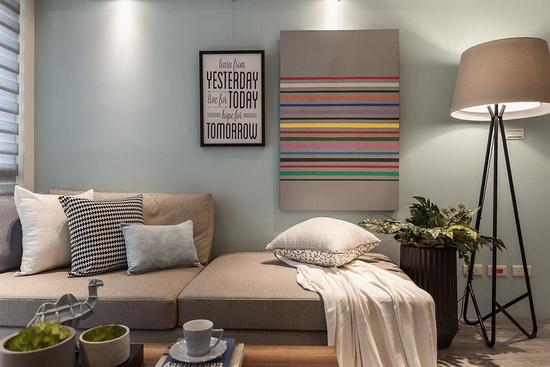 水蓝色沙发墙挂上装饰性相框,增加份量感平衡视觉比例,在光线的投射下,视觉效果丰富具层次性。