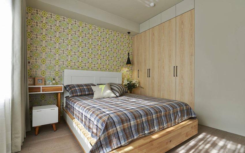 仿佛复古磁转的壁纸纹样,选以清新的浅绿色调衬托木质与白的家私选色。