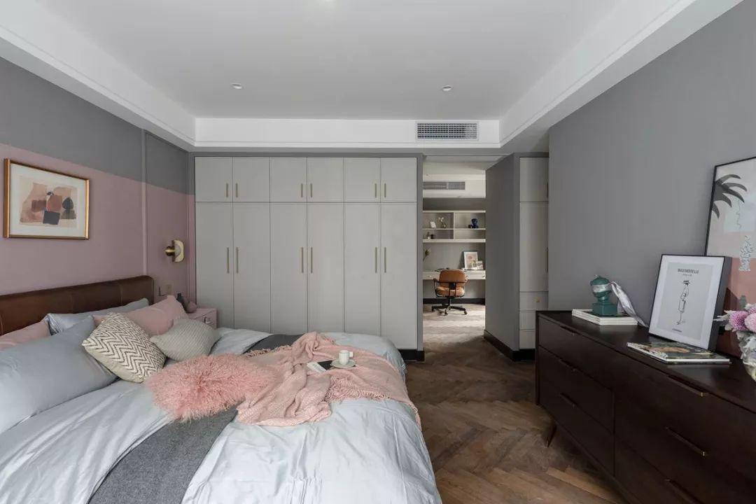 主卧整体色调较浅,灰色基调下加入粉色床头背景墙,整个空间华丽又有点浪漫。