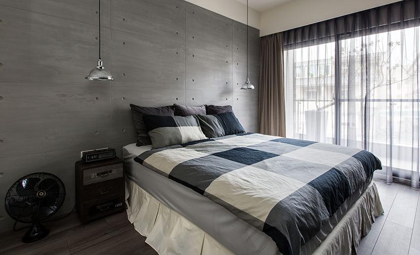 次卧床头的背景墙则是以咖色装饰,两边搭配精致的吊灯,一种寂静之感