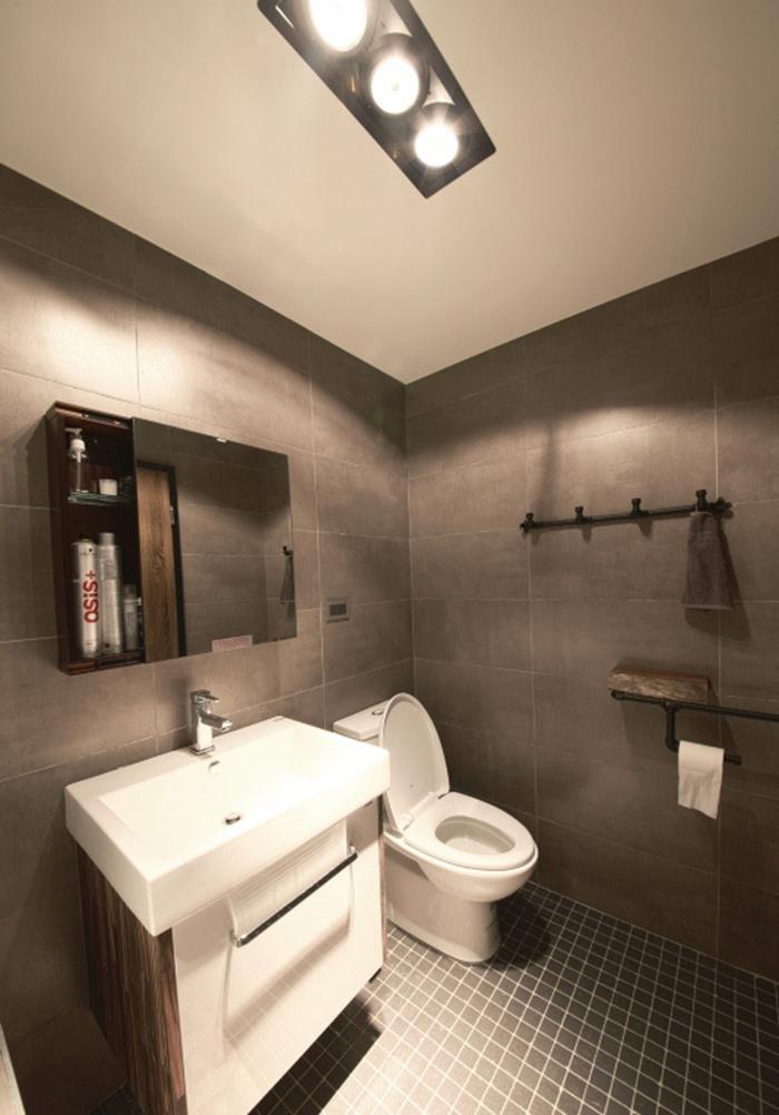 板岩砖壁面,消防铁管挂钩,简洁中不失个性,以灰阶低调传达舒适的自我存在。