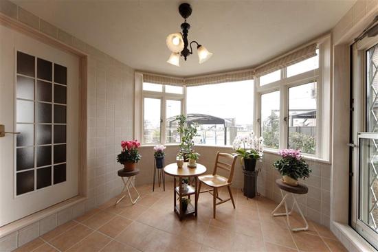 弧形的阳台,搭配象牙白的门窗,欧美风格就不经意的流露出来。