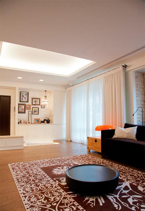 玄关矮鞋柜搭配上有三段高低起伏的地坪,让入门时可以停步一下、欣赏空间的美好。
