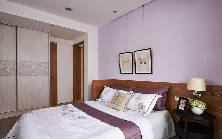 半墙高的刚刷木皮床头,靠近门处以折角处理,避开床头对门的顾虑。