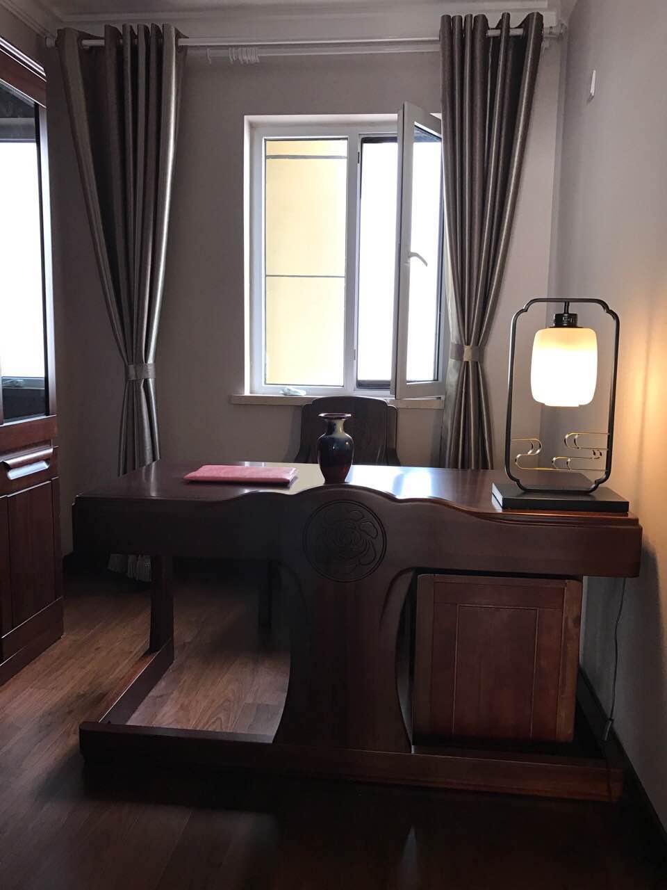 具有书卷气息的书房是整个空间最有特色的一间,全部采用红木家具,案例中精巧的工字型办公桌极有设计感。