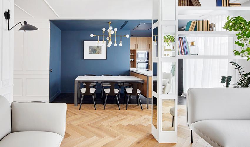 餐厨区利用漆料涂刷成大型方格作为界定,上方吊挂金属设计灯饰点缀,选用黑白餐椅呼应整体格调;