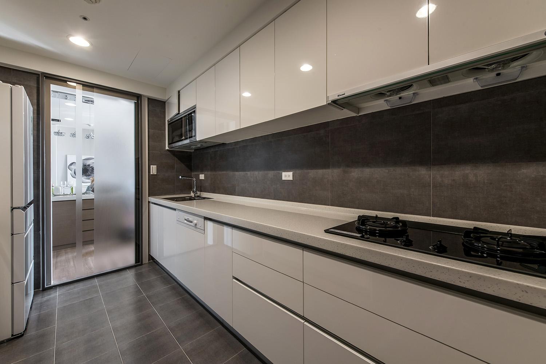 厨房做了充足的收纳,整体空间简单大方