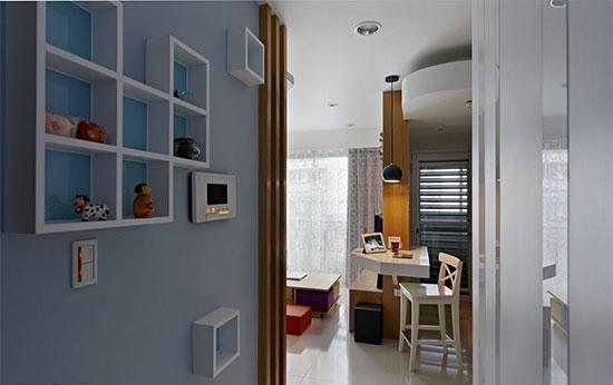 九宫格的展示架有两个方块掉落在外,使呆板方正的柜子更富有趣味感。