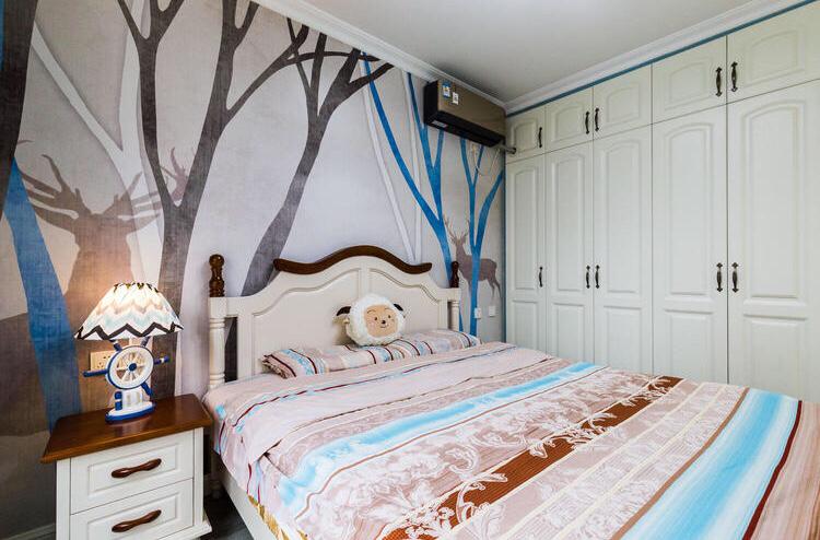 主卧室最大的特点就是床头墙,很是附有艺术感的作画