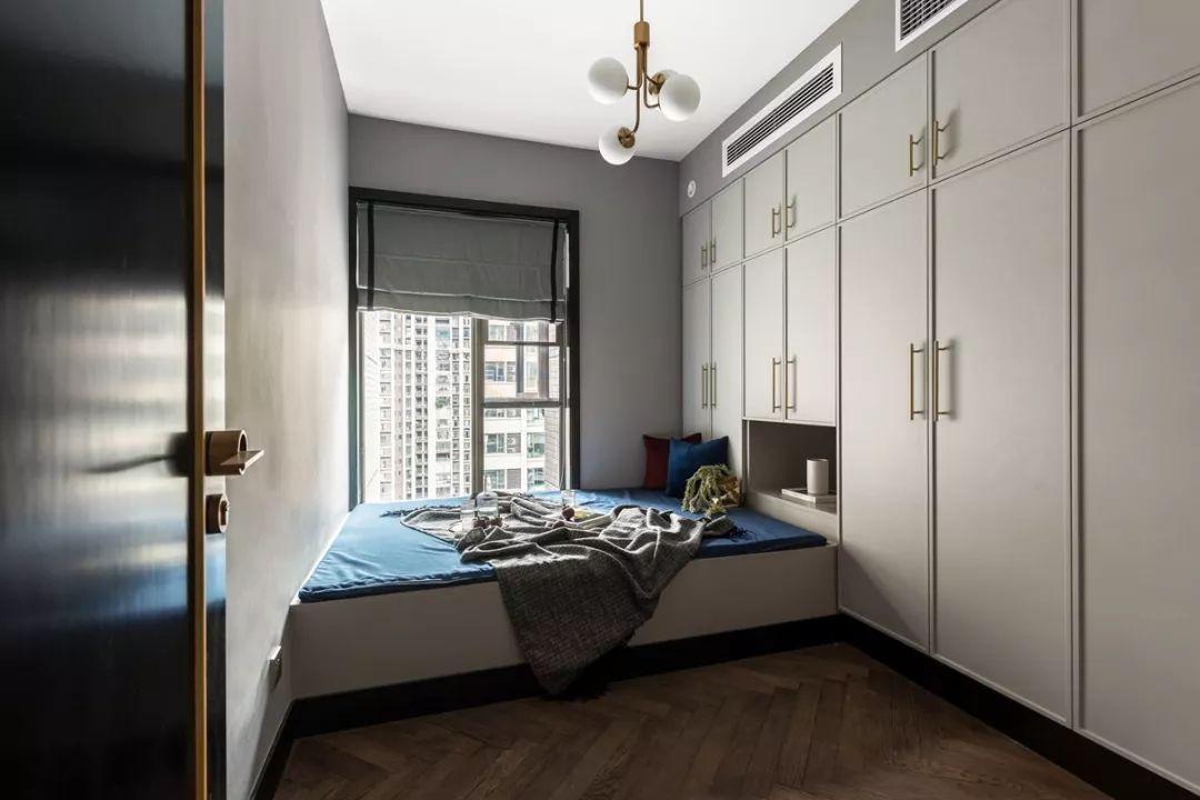 紧凑的次卧空间,定制床与衣柜巧妙结合一体,大气又舒适。