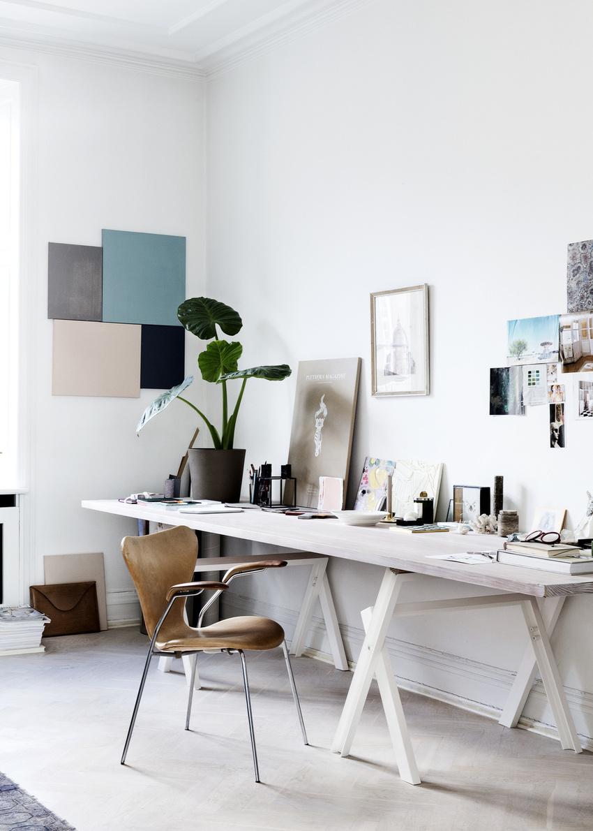 将放在工作室的桌子搬进家里,为书房增添艺术凡,空白的墙,就放心交给装饰画去填满吧。