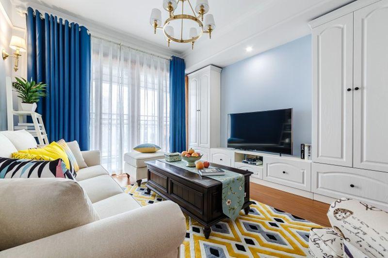电视背景墙没有任何装饰,定制了一组柜子,丰富的收纳空间,也让墙面不至于单调。