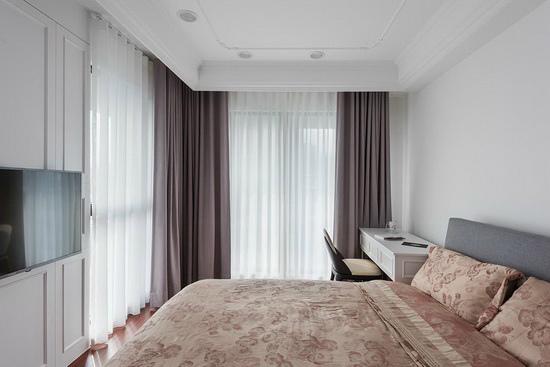 将公共场域的元素带进卧房,用纯白语汇缔造轻浅明亮的空间调性。