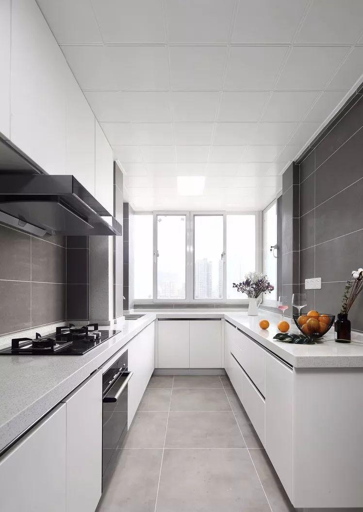厨房,灰色的大理石地板,顿时提升了空间的品质感,阳光的通透性也很好。