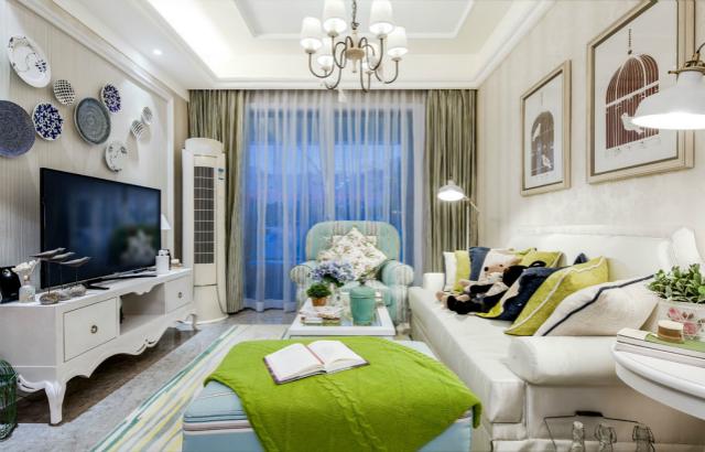 放眼整个客厅,一股春意盎然的绿色生机扑面而来,电视背景墙的简易工艺品又增添几抹艺术气息。
