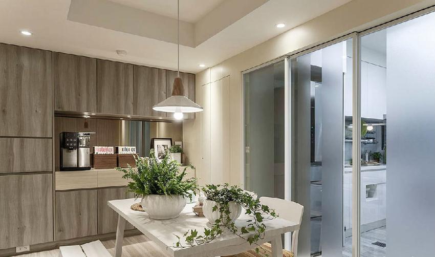 以玻璃拉门取代隔间墙,并粘贴卡典带带来遮蔽效果。摆放白色木质餐桌椅,避免抢走空间焦点。